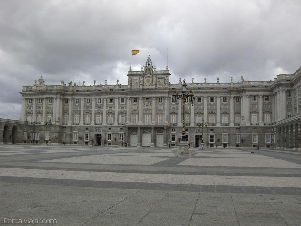 Palacio real madrid portal viajar for Edificio puerta real madrid