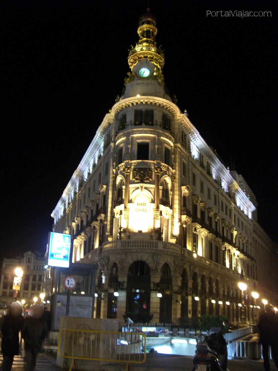 Edificio del Banco Español de Crédtio de noche (Madrid)