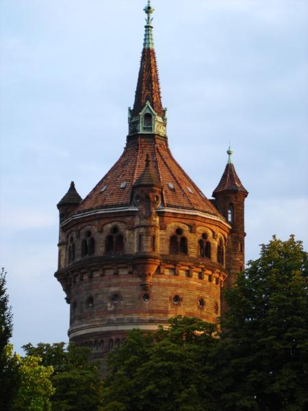 «Wormser Wasserturm». Publicado bajo la licencia CC BY-SA 2.0 de vía Wikimedia Commons - https://commons.wikimedia.org/wiki/File:Wormser_Wasserturm.jpg#/media/File:Wormser_Wasserturm.jpg.