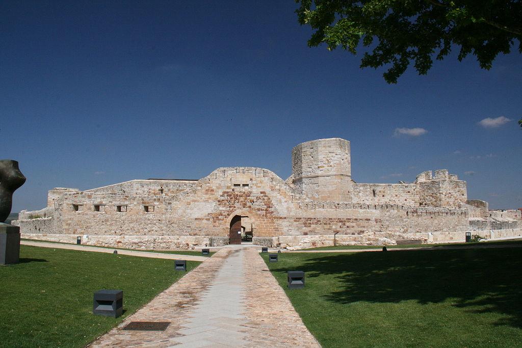 «Castillo de Zamora-2011» de Tamorlan - Trabajo propio. Disponible bajo la licencia CC BY-3.0 vía Wikimedia Commons - http://commons.wikimedia.org/wiki/File:Castillo_de_Zamora-2011.JPG#mediaviewer/File:Castillo_de_Zamora-2011.JPG