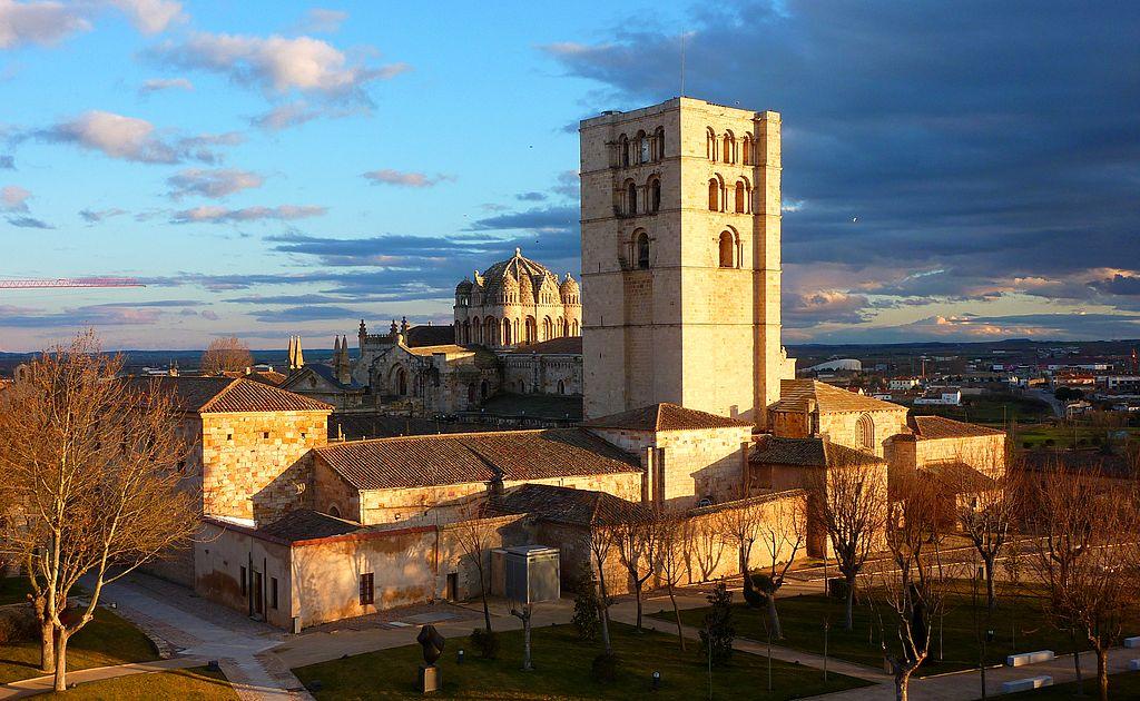 «Catedral Zamora02» de Outisnn - Trabajo propio. Disponible bajo la licencia CC BY-SA 3.0 vía Wikimedia Commons - http://commons.wikimedia.org/wiki/File:Catedral_Zamora02.JPG#mediaviewer/File:Catedral_Zamora02.JPG