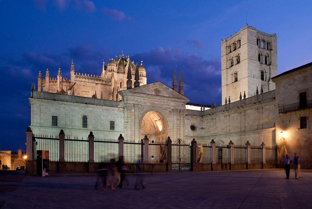 «Catedral Zamora» de Yildori - Trabajo propio. Disponible bajo la licencia CC BY-SA 3.0es vía Wikimedia Commons - http://commons.wikimedia.org/wiki/File:Catedral_Zamora.jpg#mediaviewer/File:Catedral_Zamora.jpg