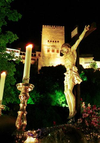 Cristo de los Gitanos por la Carrera del Darro (Granada)