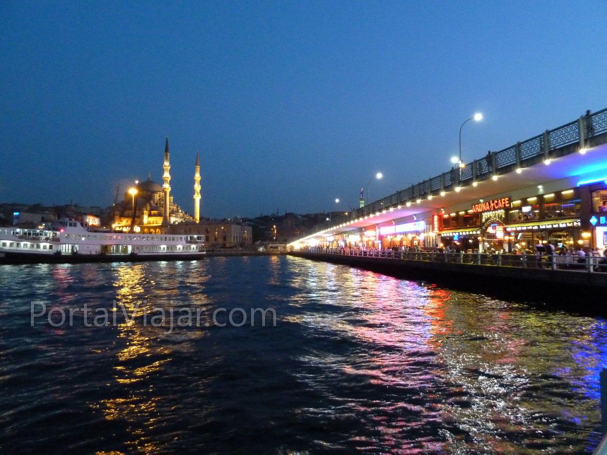 estambul 75 - mezquita yeni y restaurantes puente galata de noche