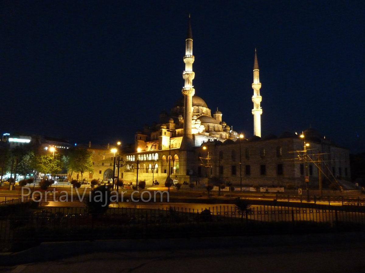 Mezquita Yeni de noche (Estambul)