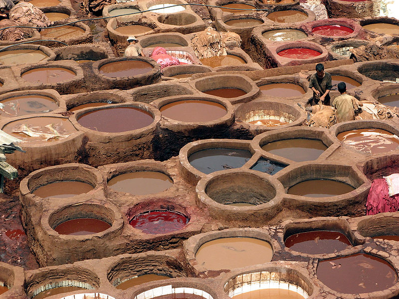 «Leather dyeing vats in Fes» de NaSz451 - Autor original. Disponible bajo la licencia CC BY-SA 3.0 vía Wikimedia Commons - http://commons.wikimedia.org/wiki/File:Leather_dyeing_vats_in_Fes.jpg#mediaviewer/File:Leather_dyeing_vats_in_Fes.jpg