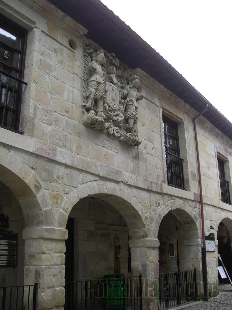 Casa de los Hombrones - Escudo de los Villa (Santillana del Mar)